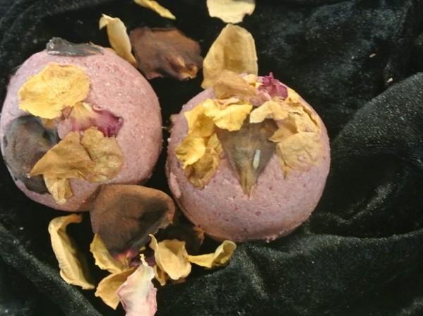 Schöne Haut Badekugel Malvenblüte und Rosenöl